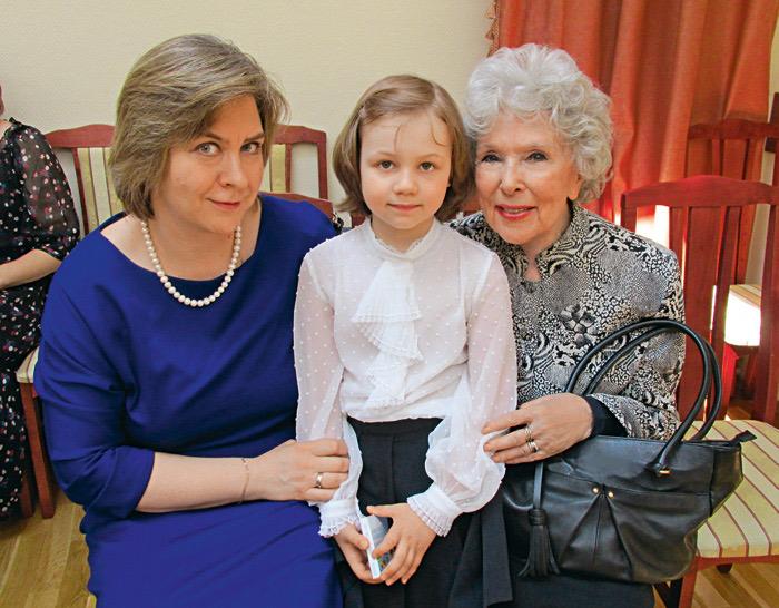 Вера Васильева и Дарья Милославская с маленькой Светой. / Фото: www.kioskplus.ru