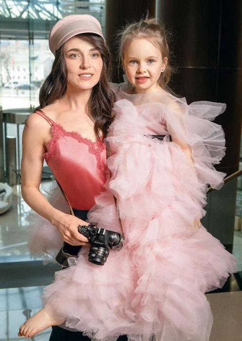 Анна Снаткина с дочерью. / Фото: www.twimg.com