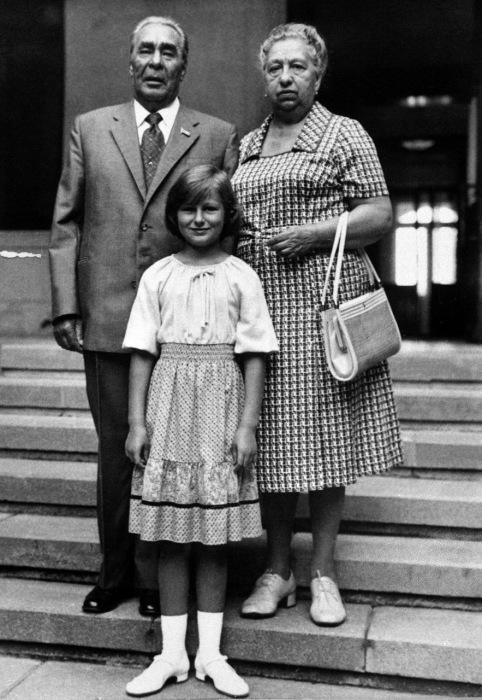 Леонид Брежнев с женой и внучкой. / Фото: www.citifox.ru