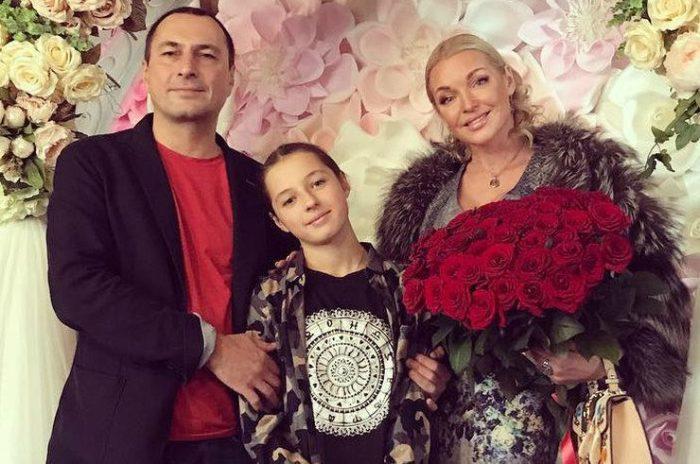 Игорь Вдовин и Анастасия Волочкова с дочерью. / Фото: www.express-novosti.ru