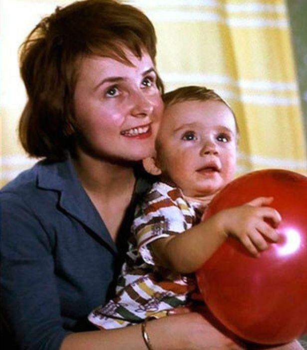 Антон Табаков на руках у мамы Людмилы Крыловой. / Фото: www.sushihit.ru