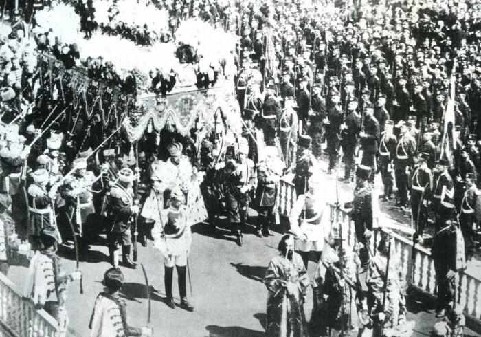 Николай II в сопровождении коронационного отряда. / Фото: www.mosantique.ru