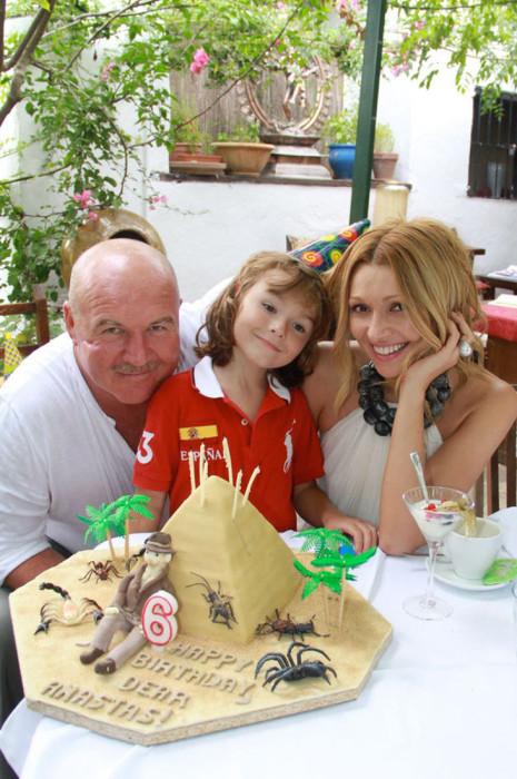 Николай и Анжелика Агурбаш с сыном. / Фото: www.woman.ru