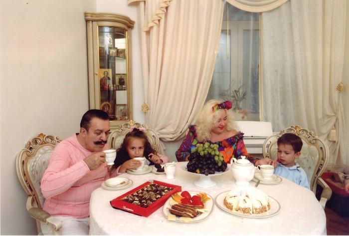 Вилли Токарев с женой и детьми. / Фото: www.willitokarev.ru