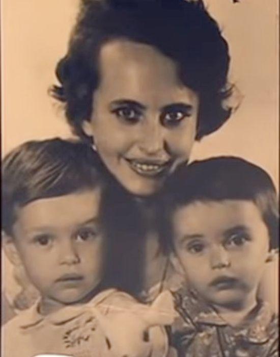 Ирина Безрукова в детстве с мамой и младшей сестрой. / Фото: www.russia.tv