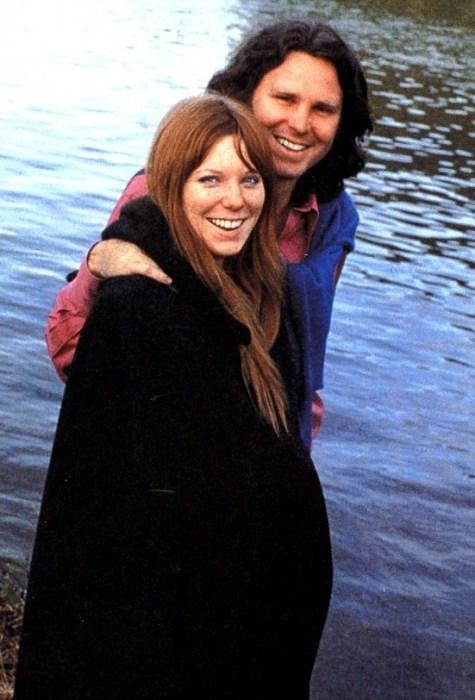 Джим Моррисон и Памела Курсон. / Фото: www.quotesbae.com
