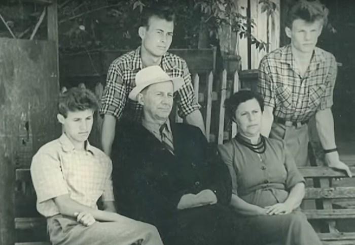 Виталий Соломин (справа) с родителями и родственниками. / Фото: www.1tv.ru