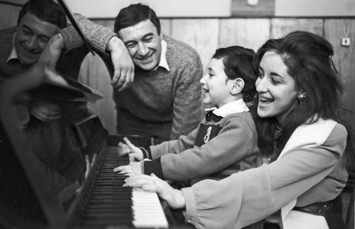 Тамара Гвердцители и Георгий Кахабришвили с сыном Сандро. / Фото: www.www.shoubiz.guru