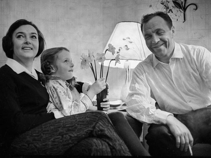 Михаил Ульянов и Алла Парфаньяк с дочерью. / Фото: www.sobesednik.ru