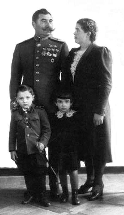 Семён Михайлович Будённый с женой и детьми, Ниной и Серёжей. / Фото: www.regnum.ru