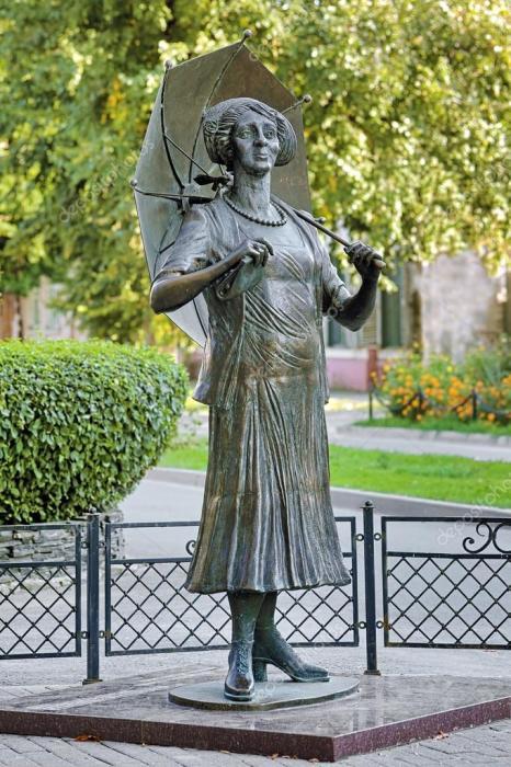 Памятник Фаине Раневской в Таганроге. / Фото: www.depositphotos.com