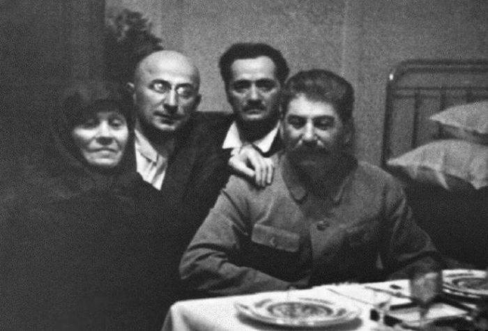 Иосиф Сталин во время визита к матери. Вместе с ними Лаврентий Берия и Николай Кипшидзе. / Фото: www.pinimg.com