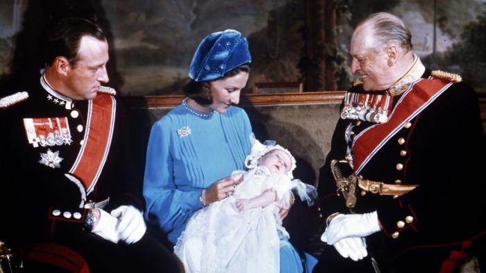 Принцесса Соня с сыном на коленях, принц Харальд, король Олаф V. / Фото: www.scanpix.no
