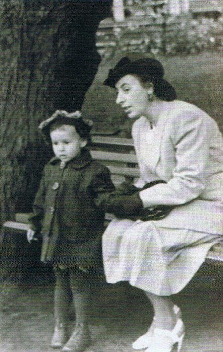 Ада Ставиская в детстве с мамой. / Фото: www.mk.ru