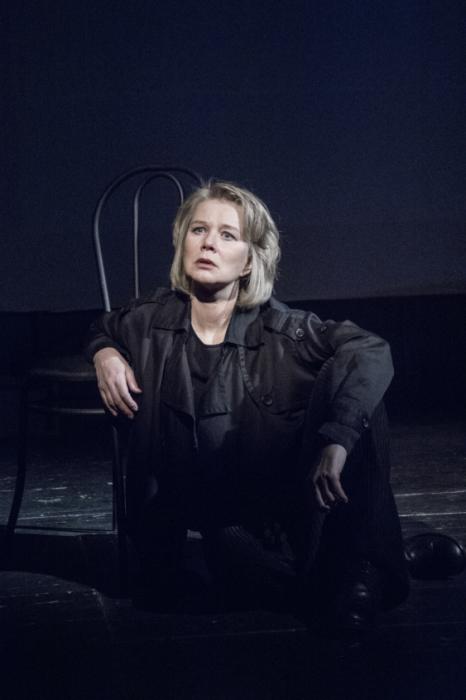 Дарья Михайлова в спектакле «Тюремный психолог». / Фото: www.kassir.ru