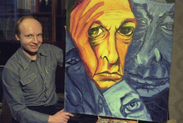 Андрей Мягков дома, с картиной «Портрет Олега Ефремова». / Фото: www.ria.ru, Владимир Вяткин