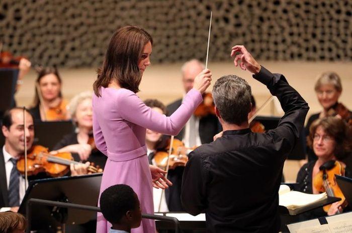 Кейт Миддлтон учится дирижировать. / Фото: www.woman.ru