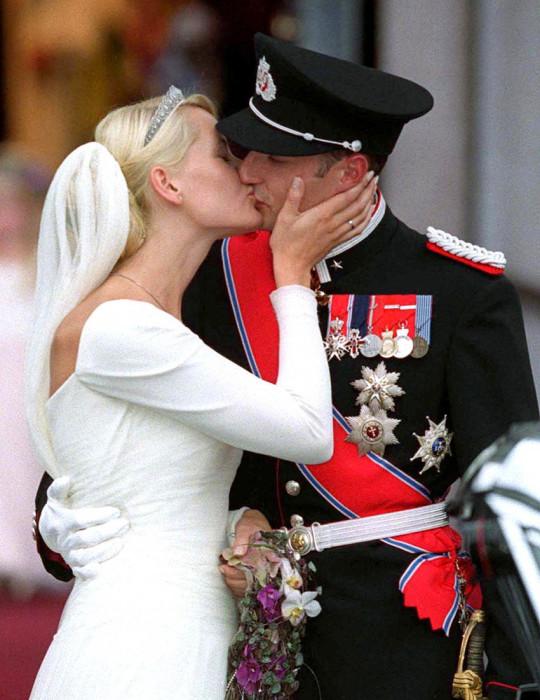 Принц Хокон и принцесса Метте-Марит в день бракосочетания. / Фото: www.woman.ru