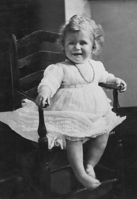 Королева Елизавета II в детстве. / Фото: www.instyle.com