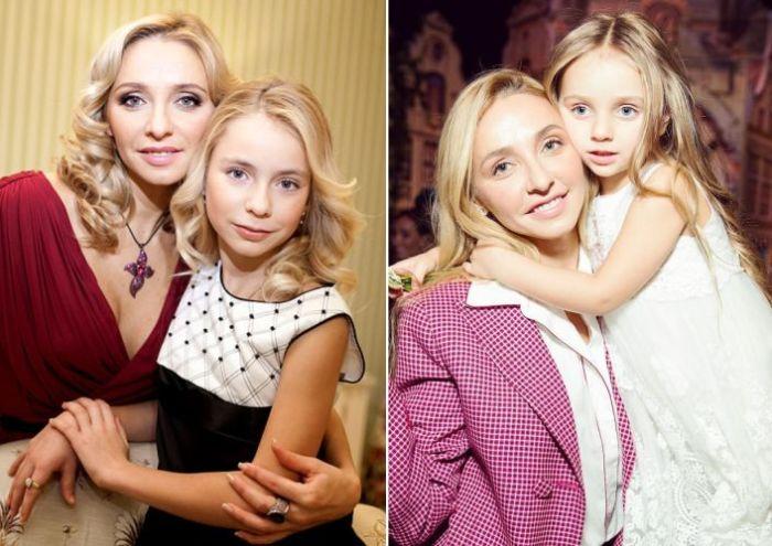 Слева Татьяна Навка с Александрой, справа - с Надеждой.