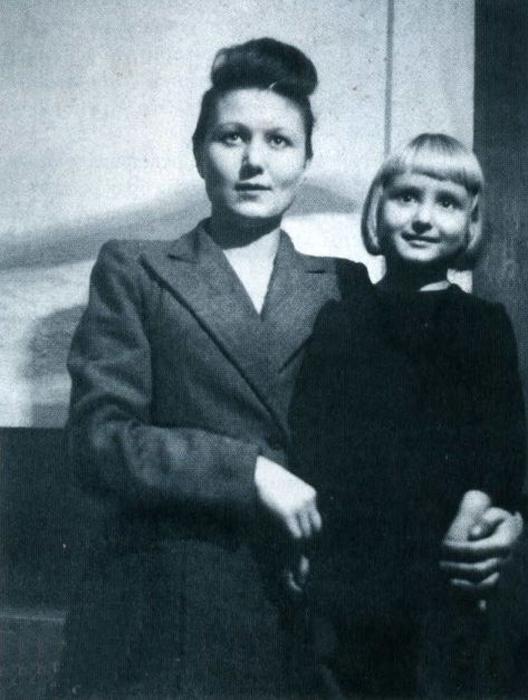 Маленькая Люба с мамой. / Фото: из личного архива Любови Брежневой