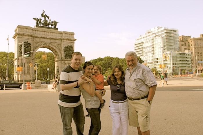 Юлий Гусман с семьёй. / Фото: www.1news.az
