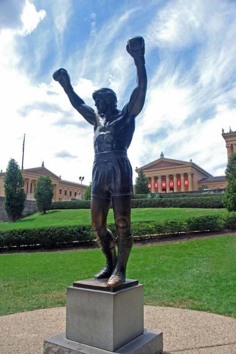 Памятник Сильвестру Сталлоне возле Музея искусств Филадельфии. / Фото: www.amazonaws.com