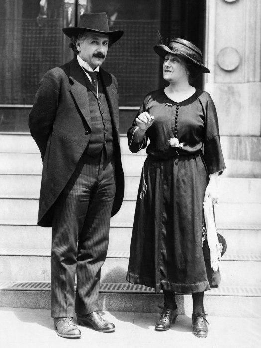 Альберт Эйнштейн с Эльзой Левенталь. / Фото: www.366days.ru