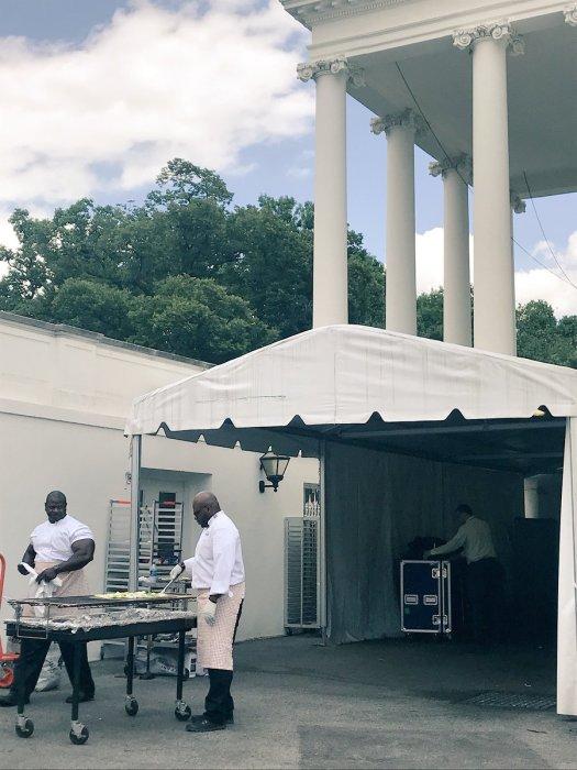 Повара Белого дома готовят овощи-гриль. / Фото: www.twitter.com/KateBennett_DC