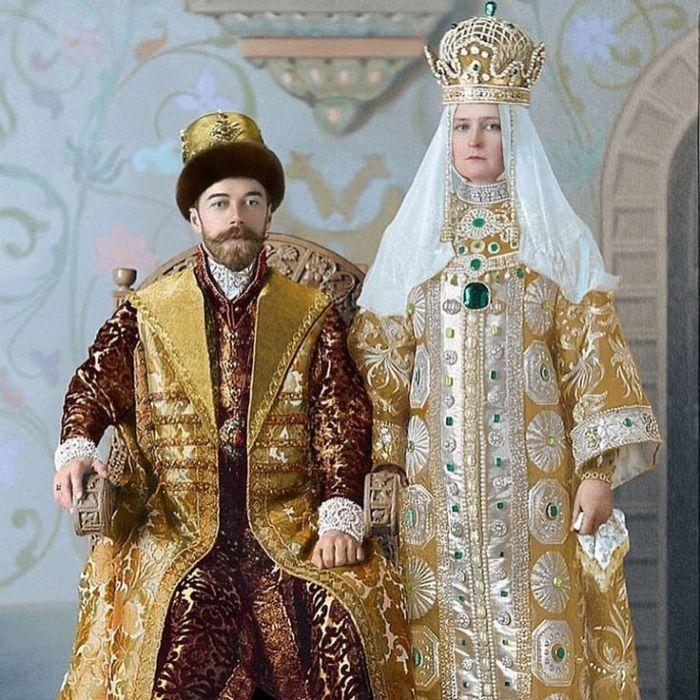 Колоризованная фотография Николая II и супруги его Александры Фёдоровны с бала, посвященного 290-летию дома Романовых. 1903 год. / Фото: www.pinterest.com