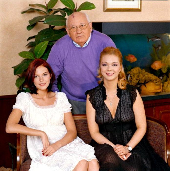 Михаил Горбачёв с внучками. / Фото: www.yandex.ru