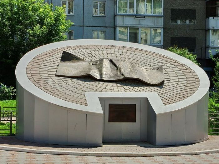 Памятник десятирублёвой купюре, Красноярск. / Фото: www.obzor-mest.ru