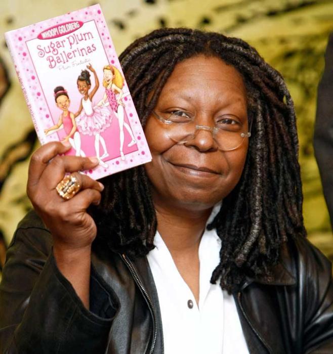 Вупи Голдберг с одной из своих детских книг. / Фото: www.teleprogramma.pro