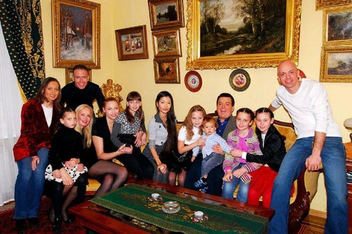 Иосиф и Нелли Кобзон с детьми и внуками. / Фото: www.yandex.net