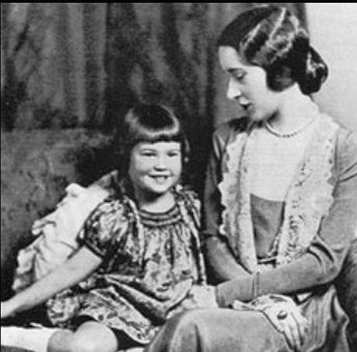 Глория Вандербилт в детстве с матерью. 1928 год. / Фото: www.guestofaguest.com