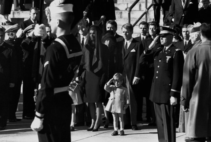 Маленький Джон Кеннеди отдаёт честь на похоронах своего отца. / Фото: www.404store.com