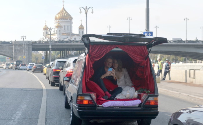 Ксения Собчак и Константин Богомолов прибыли в ЗАГС на стилизованном катафалке. / Фото: www.jauns.lv