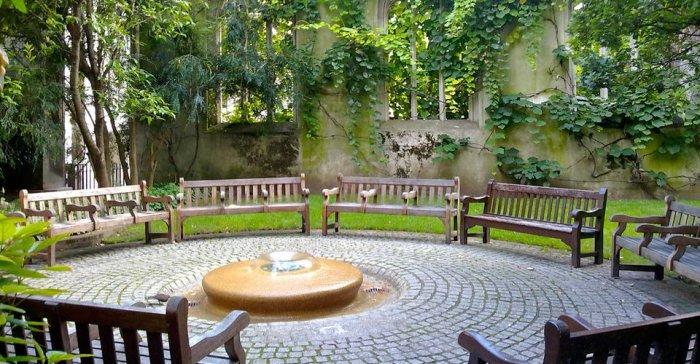 Сад церкви Святого Дунстана-на-Востоке. / Фото: www.twimg.com