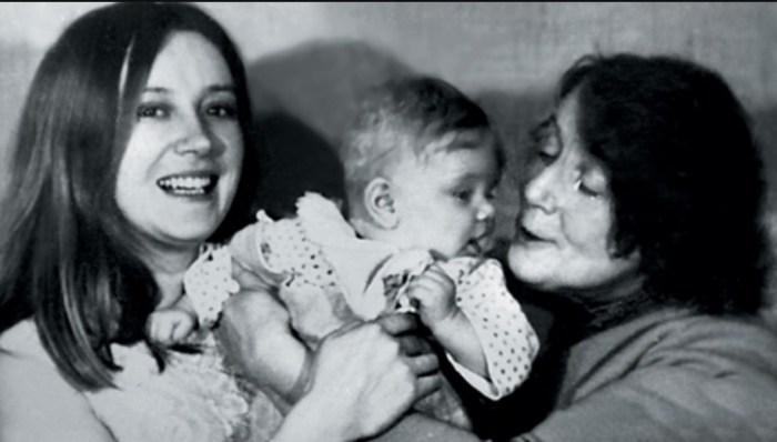 Анна Терехова в детстве с мамой и бабушкой. / Фото: www.globalmsk.ru