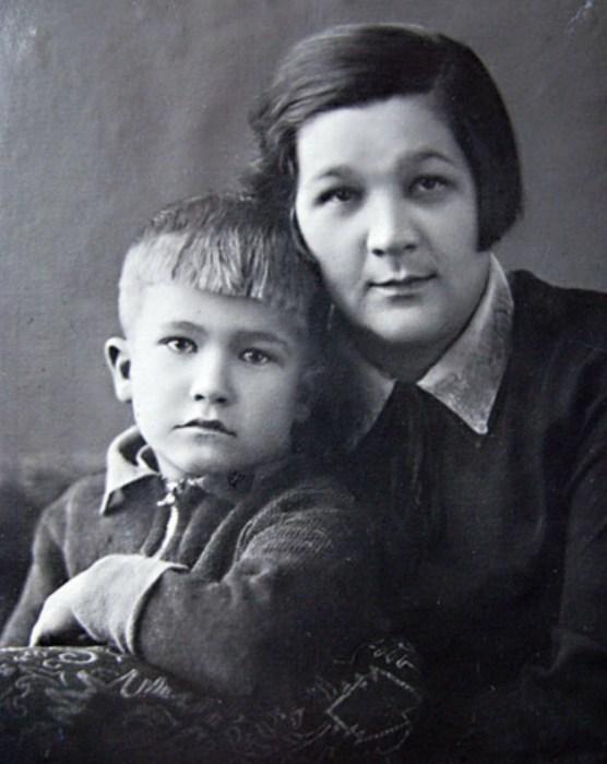 Владимир Ухин в детстве с мамой. / Фото: www.telesem.ru