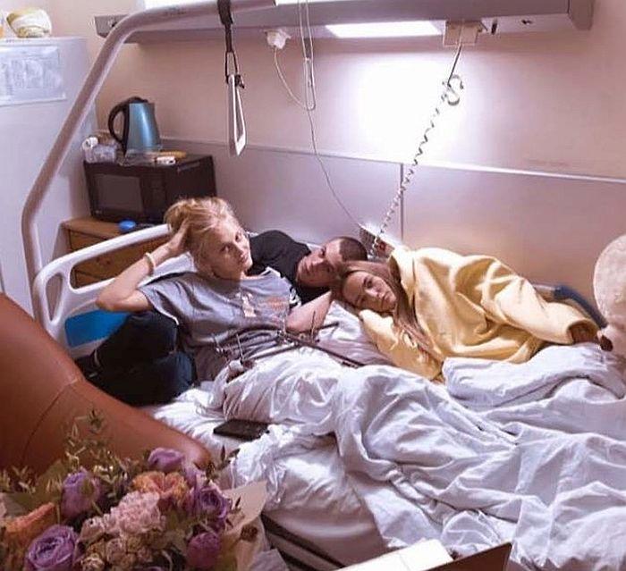Андрей Баков в больнице у Ксении Пунтус. / Фото: www.7days.ru