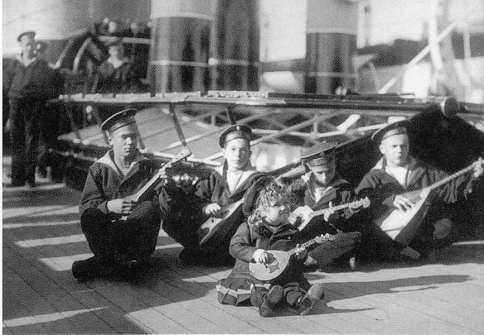 Алексей Николаевич (в центре) среди юнг яхты «Штандарт». Третий слева - Гриша Пиньковский. 1907 г. / Фото: www.guardcrew.com