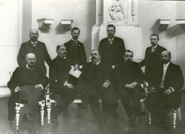 Владимир Пуришкевич (крайний слева) в Бессарабской Думе. / Фото: www.mtdata.ru