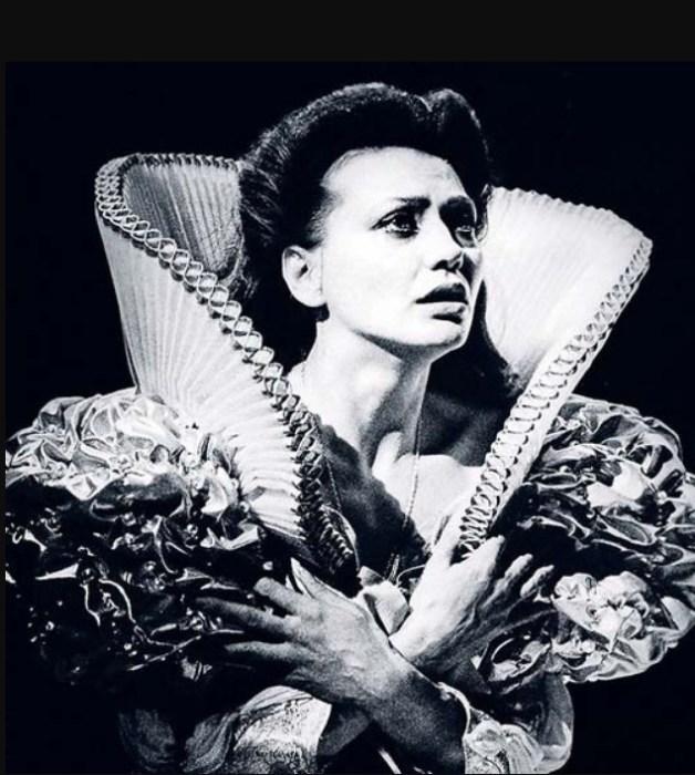 Инесса Перелыгина в спектакле «Двуглавый орел». / Фото: www.stuki-druki.com