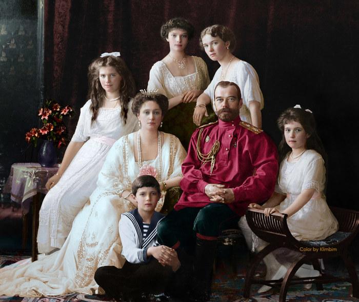 Портрет императора Николая II и императрицы Александры Федоровны с детьми. 1913 год. / Фото: www.flickr.com