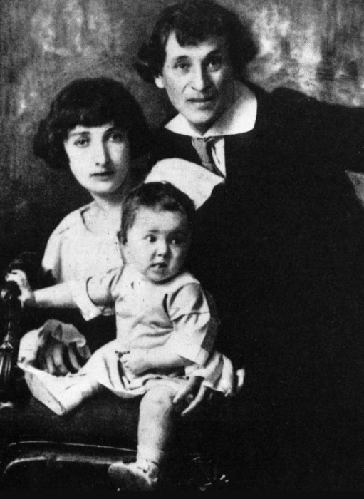 Марк Шагал и Белла Розенфельд с дочерью. / Фото: www.yandex.net