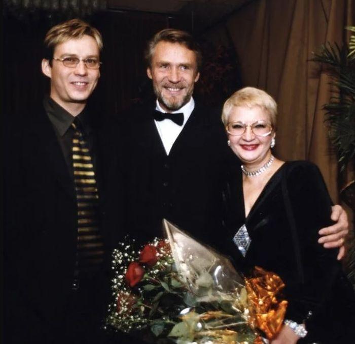 Александр Михайлов с женой Верой Мусатовой и сыном. / Фото: www.yandex.net