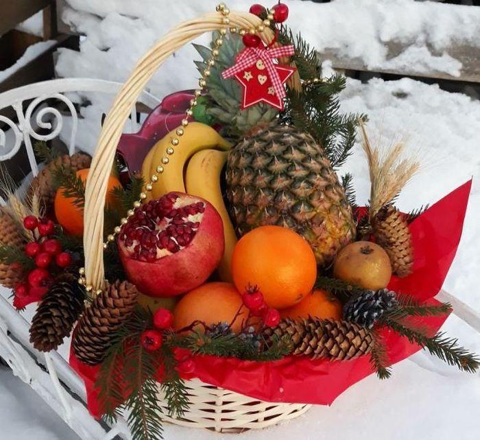 Новогодняя корзина с фруктами. / Фото: www.womanadvice.ru