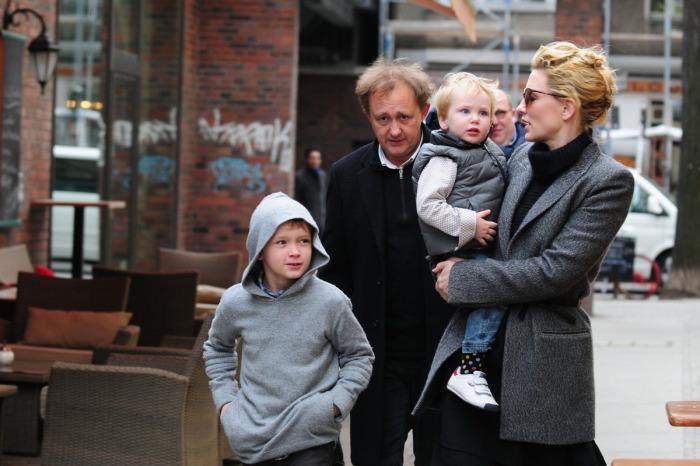 Кейт Бланшетт и Эндрю Аптон с детьми. / Фото: www.kino-teatr.ru
