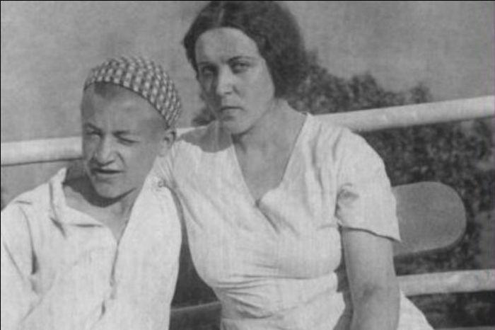 Мария Платонова с сыном. / Фото: www.dom-knig.com
